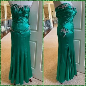 Dresses & Skirts - Goddess satin cleavage prom evening pageant gown